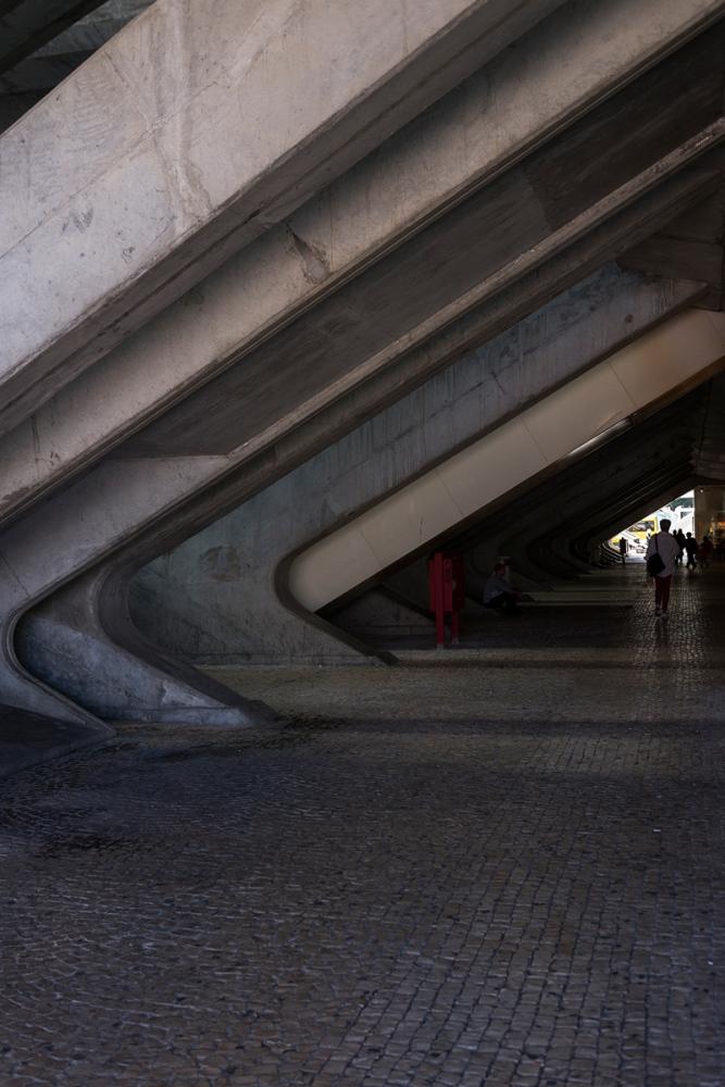 Photographie de face d'un détail dans la gare d'Oriente au Portugal.