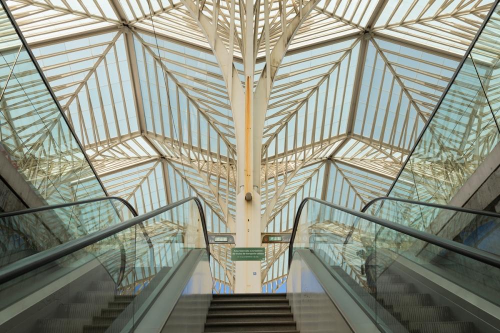 Photographie en contre-plongé de la gare d'Oriente avec son toit géométrique.