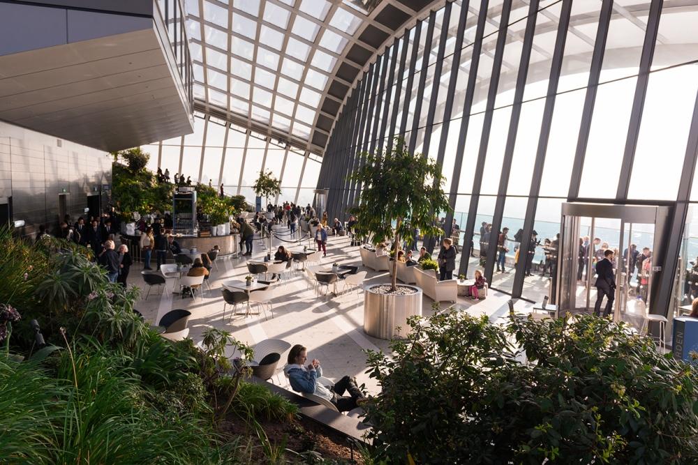 Photographies de l'intérieur moderne du Sky Garden, un jardin suspendu à Londres.