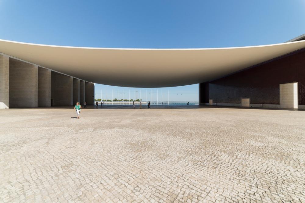 Photographie d'architecture d'un monument à Lisbonne, prise de face.