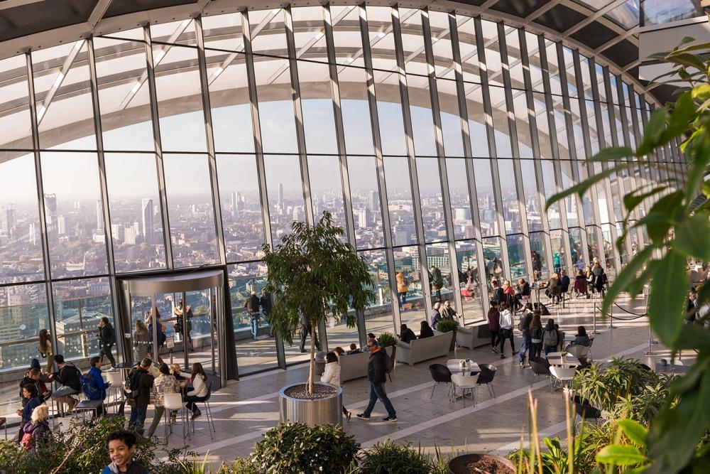 Photographie d'intérieur du Sky Garden à Londres avec vue sur toute la ville.