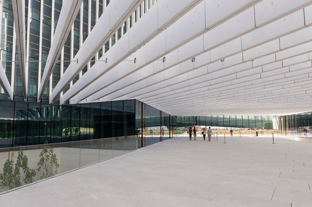 Photographie d'un passage sous un bâtiment moderne de Lisbonne.