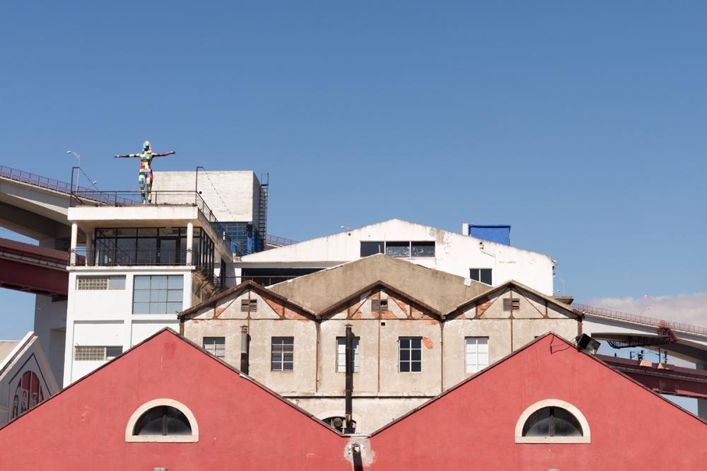 Photographie de face de plusieurs bâtiments industriels à Lisbonne.