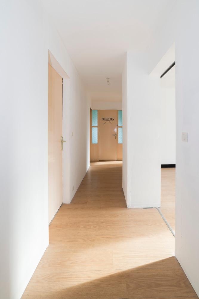 Photo d'un couloir d'une maison pour agence immobilière.