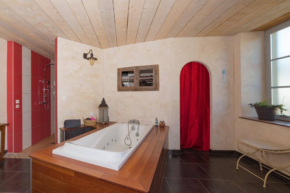 Photographie d'une salle de bain chez un particulier.