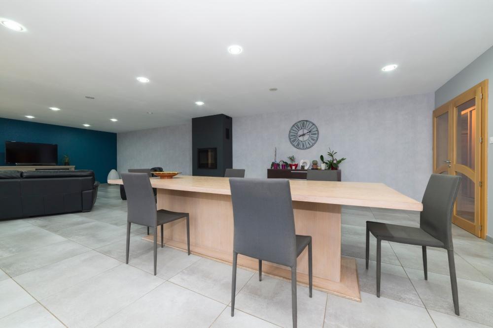 Photographie d'une salle à manger séjour dans une habitation.