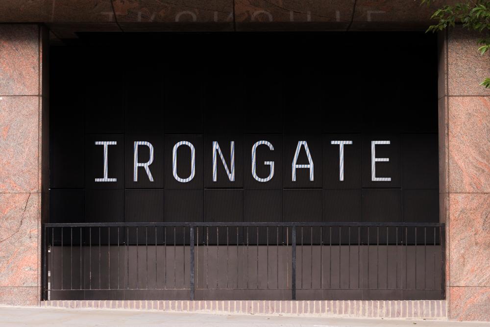 Photographie frontale de l'entrée d'un bâtiment à Londres.