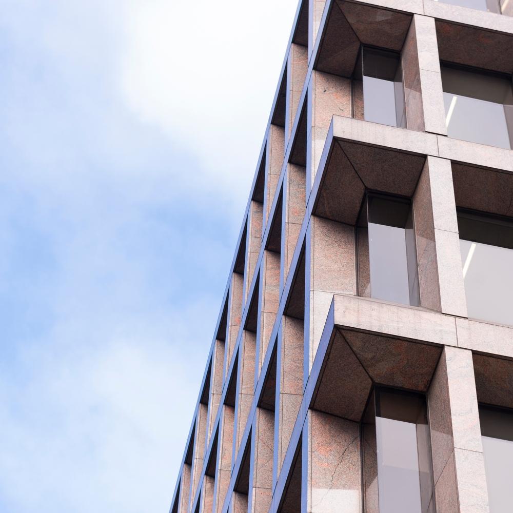 Photographie en contre plongée d'une façade d'un building à Londres.