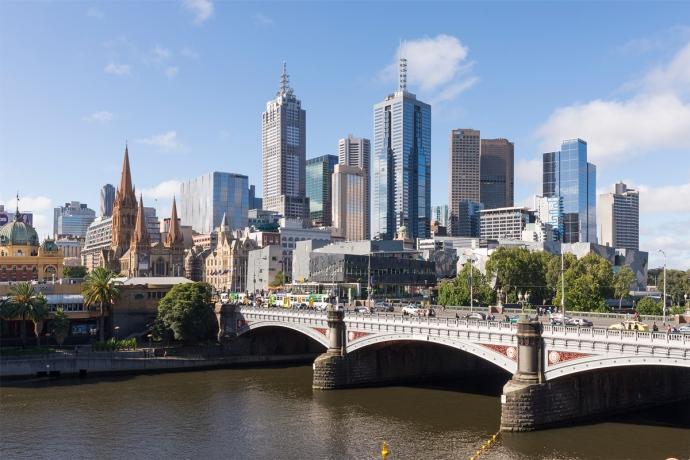 Photographie de face du centre des affaires de Melbourne avec tous ses buildings.