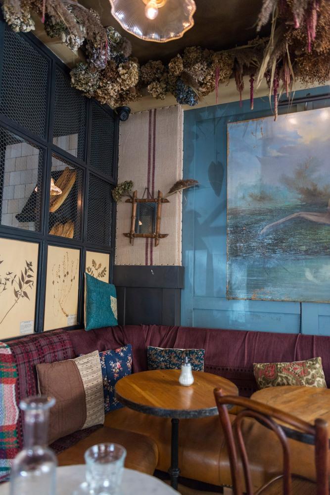 Photographie de la décoration intérieure d'un café parisien.
