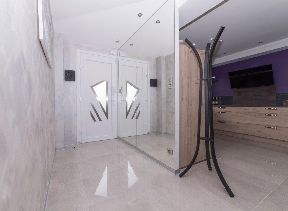 Photo d'une entrée d'une habitation pour agence immobilière.