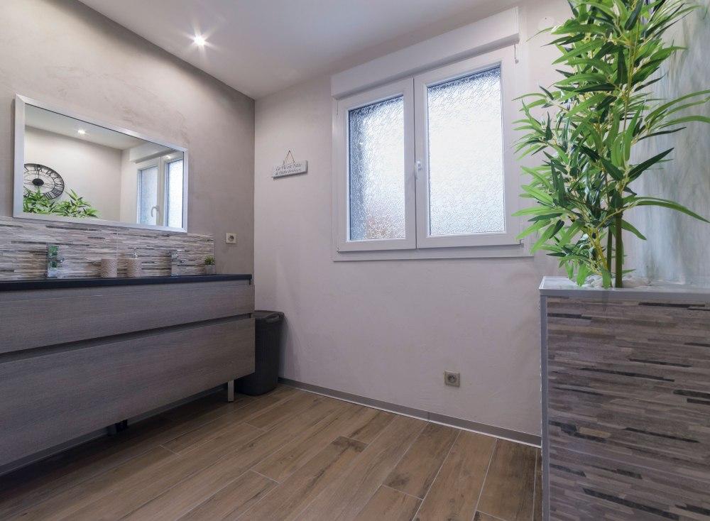 Photo d'une salle de bain d'une habitation pour agence immobilière.
