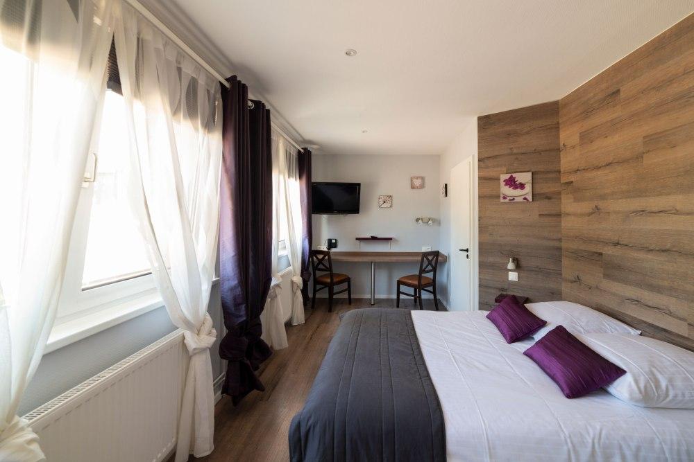 Photographie d'intérieur de chambres d'un hôtel alsacien.