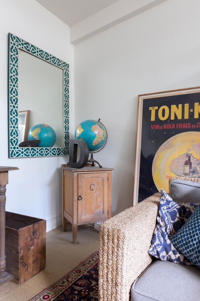Photographie d'intérieur d'un salon avec gros plan sur la décoration.