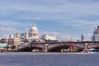 Vue sur la cathédrale St Paul de Londres depuis les quais de la Tamise.