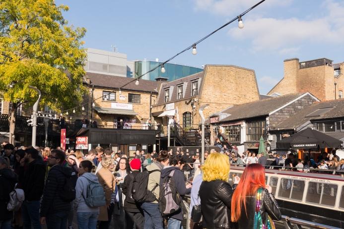 Le marché de Camden Town fait carton plein une journée ensoleillée d'Octobre.