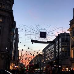 Le soleil se couche sur Oxford Street, une des plus célèbres avenues pour le shopping à Londres.