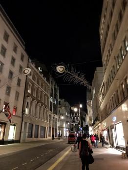 Dans les rues des grands magasins de luxe.