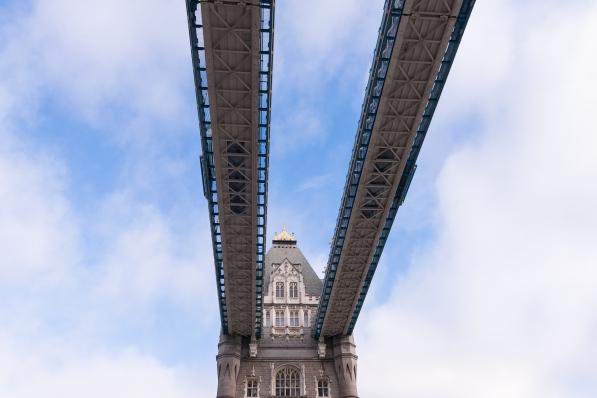 Contre-plongée sur les passerelles du Tower Bridge à Londres.