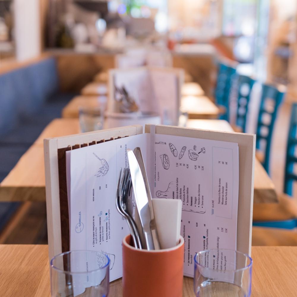 Photographie d'intérieur d'un restaurant à Paris avec gros plan sur les tables.