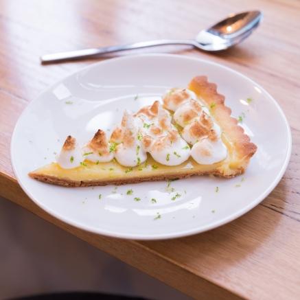 Part de tarte au citron meringuée.