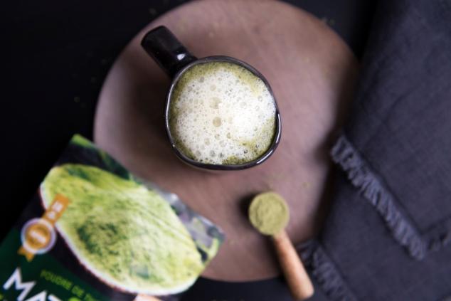 Boisson au lait d'amandes et au thé matcha