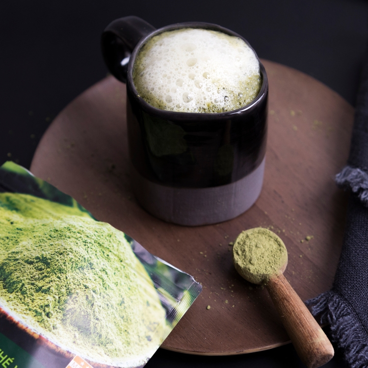 Tasse de matcha latté au lait végétal
