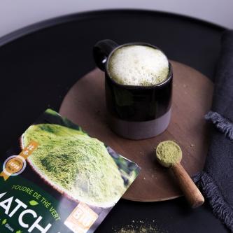 Matcha latté, un lait chaud à la poudre de thé vert.