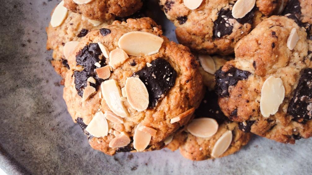 Cookies au chocolat noir, amandes effilées, éclats de caramel.