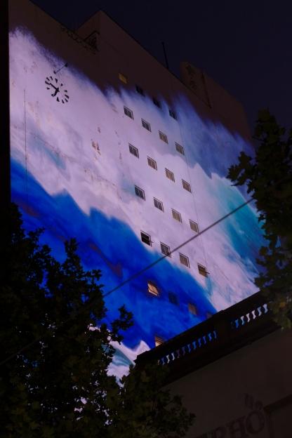 Façade d'un bâtiment avec projection d'un mini film sur la mer lors de la White Night.