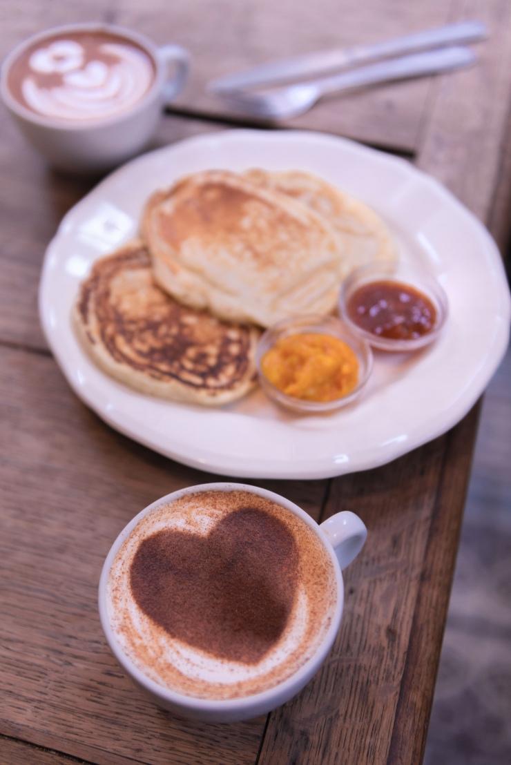 Pancakes et chaï latté