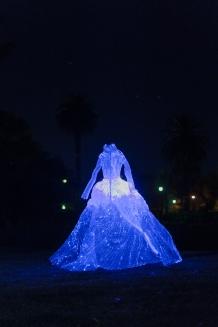 Des robes éclairées et dispersées dans le parc Birrarung Marr lors de la White Night.
