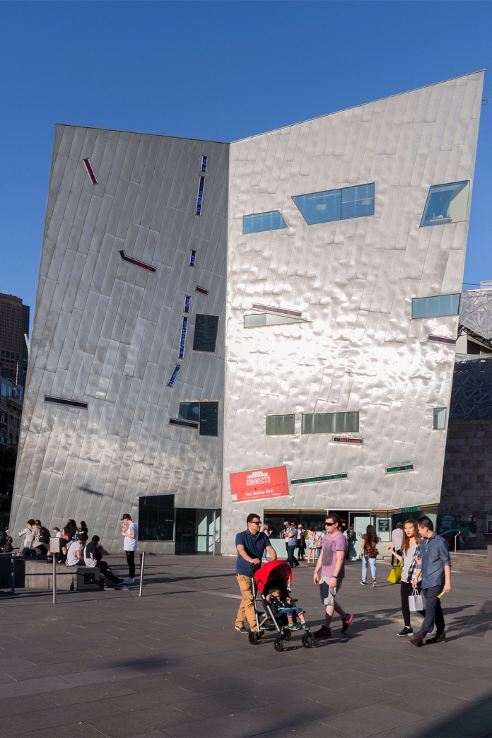 Un bâtiment très moderne de la place Federation Square à Melbourne.