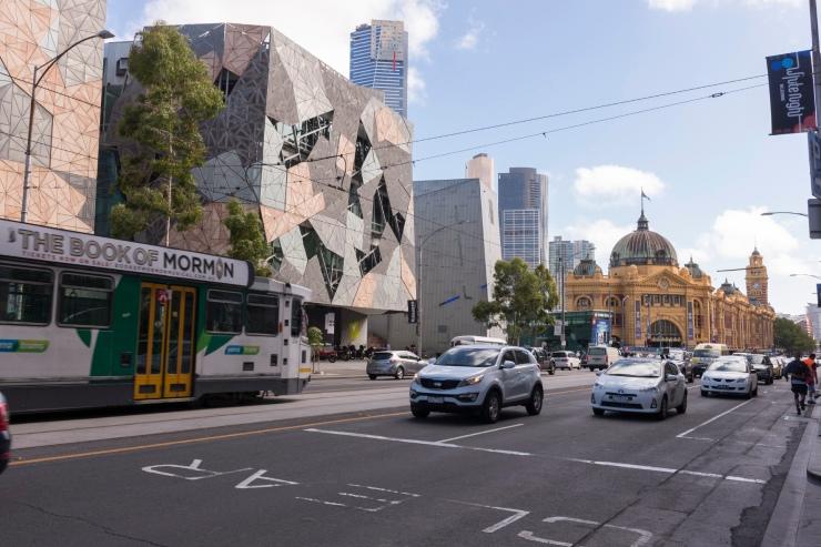 Federation Square et Flinders Street Station à l'arrière plan.