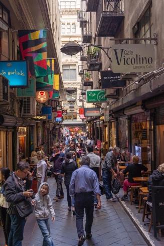 Une jolie ruelle pleine de resto : Degrave Street à Melbourne.