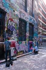 Des jeunes en train de taguer les murs de la Hozier Lane à Melbourne.