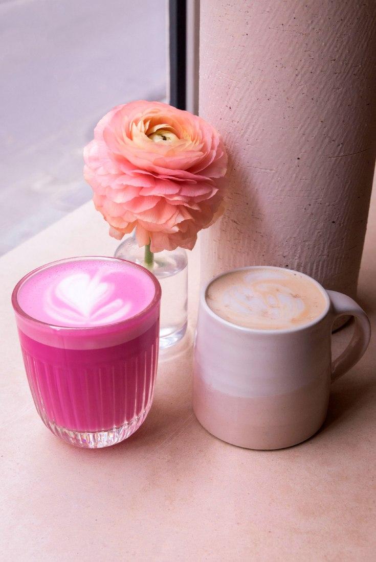 Deux boissons phares du Café Berry : le Pink Latté à la rose et à la betterave et le Campfire Latté au sirop d'érable et au sel fumé.