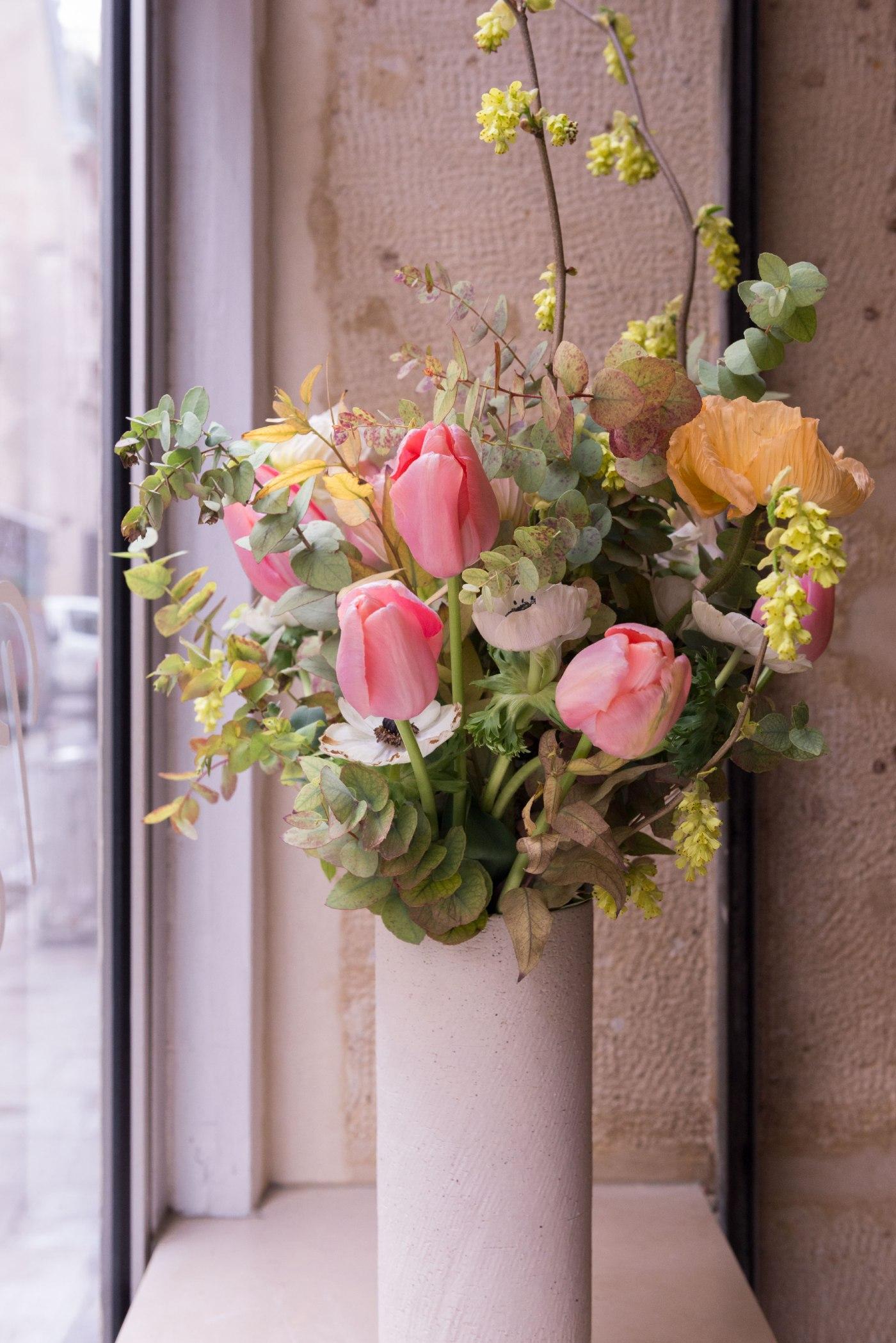 Le Café Berry est très bien décoré avec un sublime bouquet de fleurs champêtre.