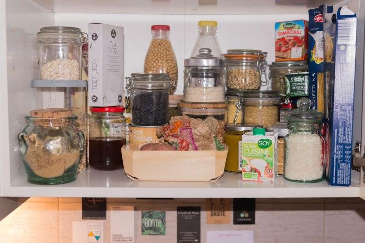 L'intérieur de mon placard de cuisine, bocaux et vrac.
