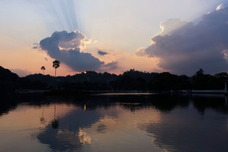 Le lac de Kandy près du Temple de la Dent au Sri Lanka.