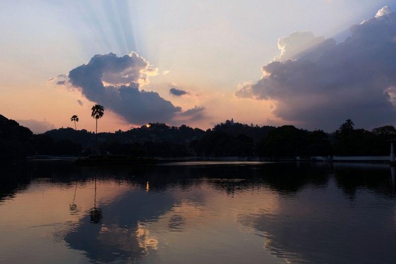 Photo d'un coucher de soleil sur un lac.