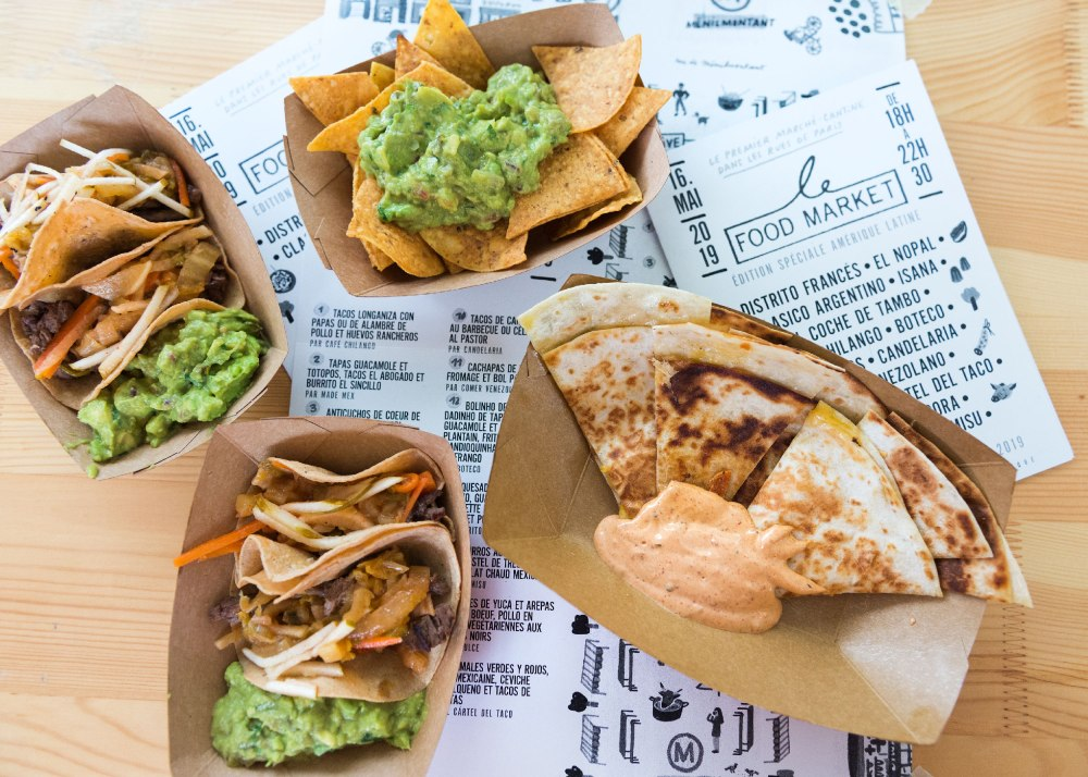 Vue du dessus de nachos et quesadillas