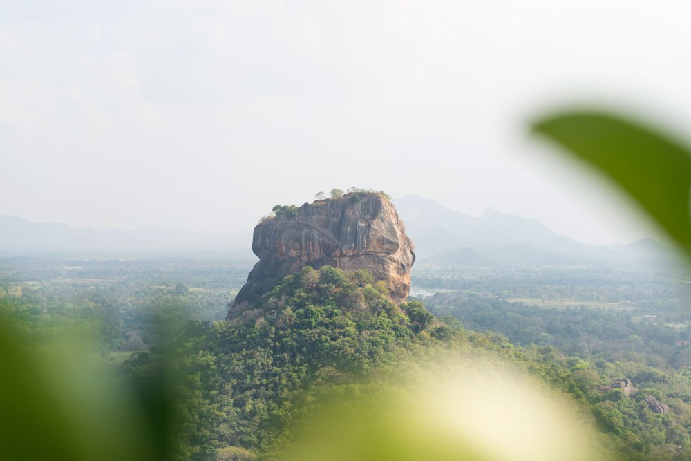 Photo de la roche de Sigiriya vue de face.