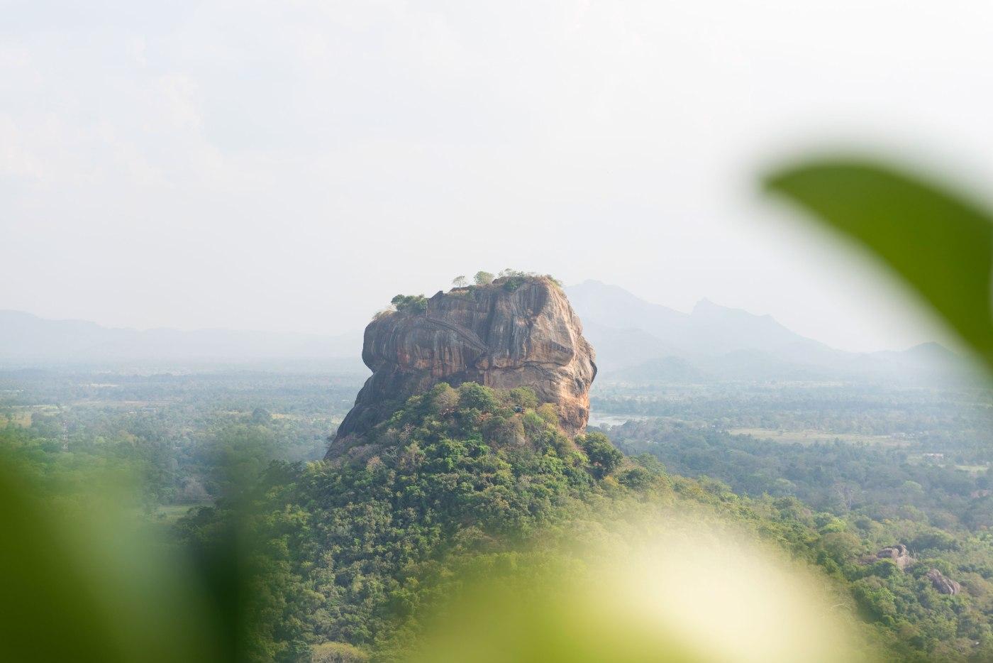 Photo de la roche de Sigiriya vue de face.