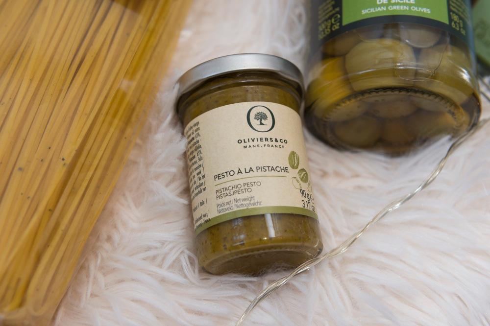 Photo du dessus d'un pot de pesto à la pistache.
