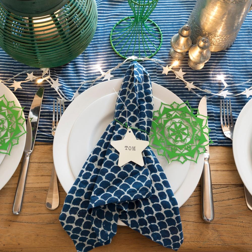 Photographie vue du dessus d'une table décorée avec gros plan sur la vaisselle.