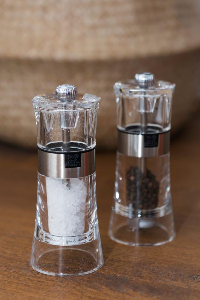 Photographies de face de deux moulins manuels pour poivre et sel Peugeot.