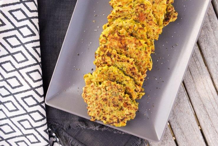 Vue du dessus d'une pile de beignets de courgettes et pois cassés.