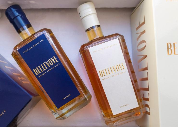Photographie du dessus de deux bouteilles de whisky Bellevoye.