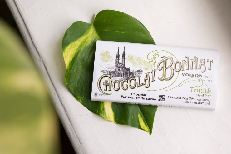 Photographie du dessus d'une tablette de chocolat Bonnat Trinité.